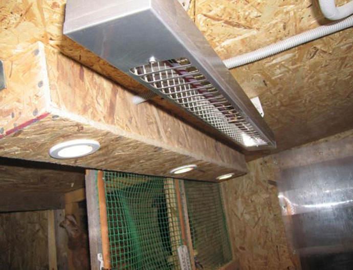 Чем качественнее будет выполнено утепление крыши, тем легче будет сохранить комфортную положительную температуру внутри курятника