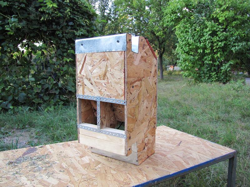 Главное преимущество бункерной кормушки для кроликов в том, что тип крепления к стене клетки или ее дверце не дает животным опрокинуть еду